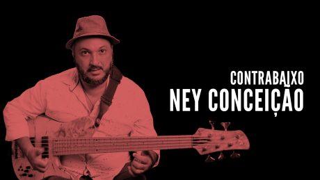"""Ney Conceição segura seu contrabaixo Fodera com o título """"Contrabaixo - Ney Conceição"""""""