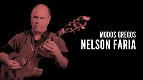 Nelson Faria segurando sua guitarra com o texto Modos Gregos